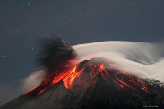 لحظة ثوران بركان