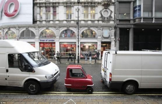 سيارة باب واحد فقط تعد اصغر سيارة في العالم