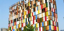 مبنى عبارة عن لوحة فنية مكون من 1000 باب