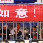 متسولون الصين في الأقفاص لا يجبرهم احد على دخولها