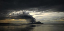 صياد في مركبة وحيدا بالقرب من بركان تافورفور